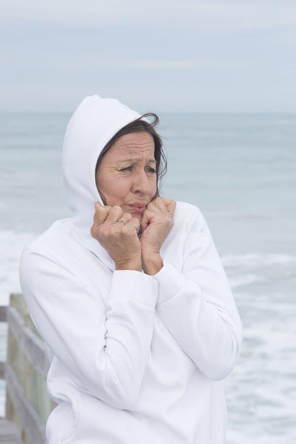 Koude seizoen van de vrouwen het witte verbindingsdraad op zee royalty-vrije stock foto's