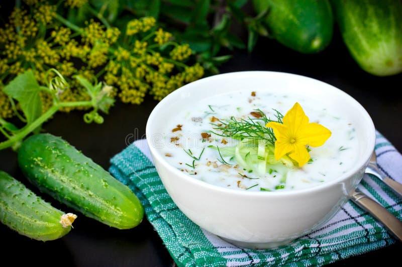 Koude soep met verse komkommers, yoghurt en dille op zwarte lijst royalty-vrije stock fotografie