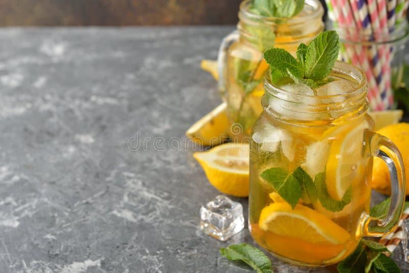 Koude thee met citroen en munt stock afbeeldingen