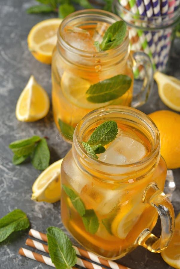 Koude thee met citroen en munt stock foto's