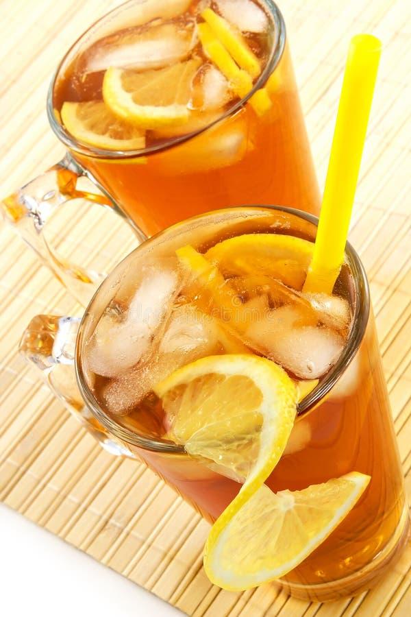 Koude thee met kubussen van een ijs en een citroen royalty-vrije stock afbeelding