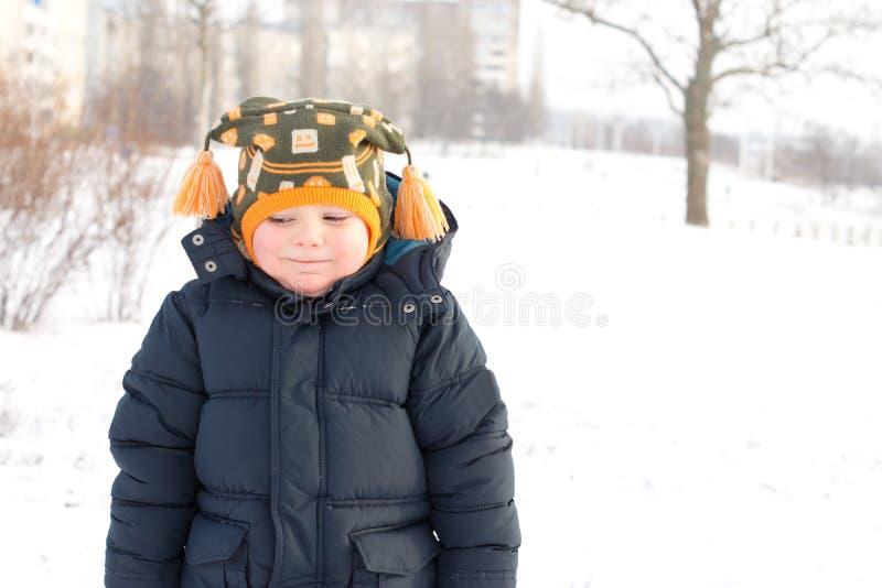 Koude weinig jongen in de wintersneeuw royalty-vrije stock fotografie