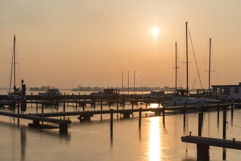 Koude zonsondergang in Nederlandse Loosdrecht royalty-vrije stock afbeelding