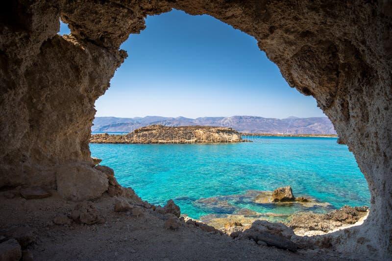 Koufonisi海岛惊人的看法有不可思议的绿松石的浇灌,盐水湖,纯净的白色沙子热带海滩  库存图片