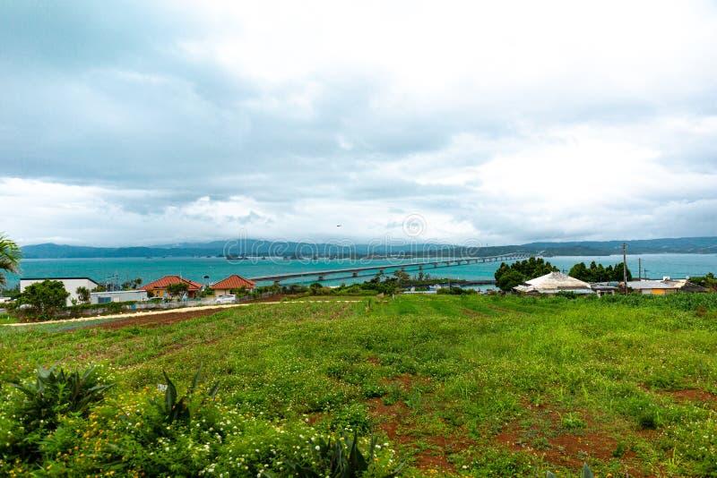 Kouri Ohashi是连接Kouri海岛的桥梁在今归仁村村庄到Yagajijima在名护市在冲绳县 免版税图库摄影