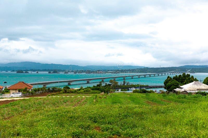 Kouri Ohashi é uma ponte que conecta a ilha de Kouri na vila de Nakijin a Yagajijima na cidade de Nago em Okinawa Prefecture imagens de stock royalty free