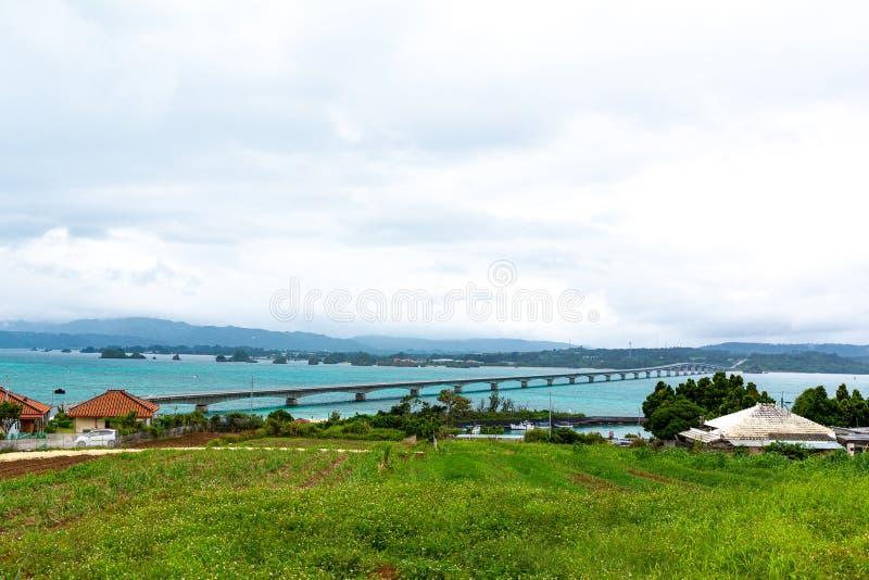 Kouri Ohashi is een brug die Kouri-Eiland in Nakijin-dorp verbinden met Yagajijima in Nago-Stad in Okinawa Prefecture royalty-vrije stock afbeelding