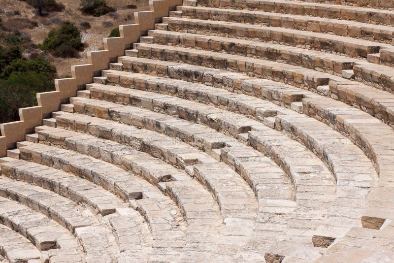 KOURION, CYPRUS/GREECE - 24 LUGLIO: Ampitheatre ristabilito in fotografia stock libera da diritti