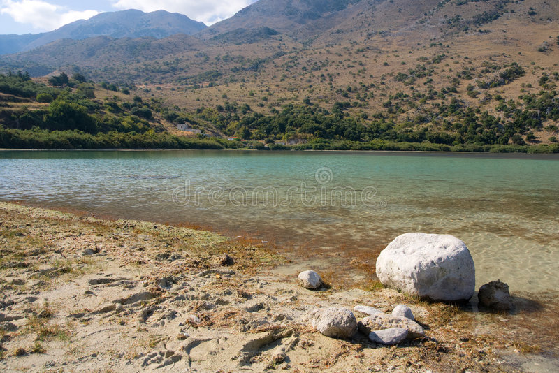 Kournas See auf Kreta, Griechenland lizenzfreies stockbild