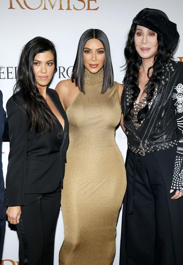 Kourtney Kardashian, Kim Kardashian West en Cher stock foto's
