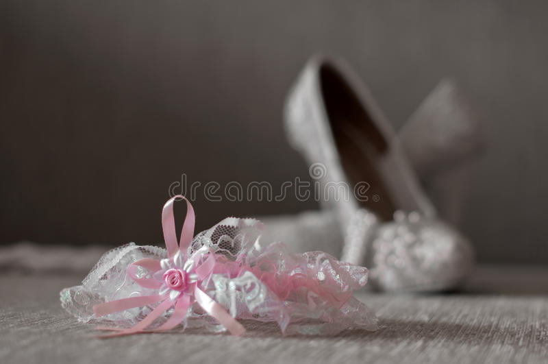 Kouseband met schoenen De achtergrond van het huwelijk royalty-vrije stock foto's