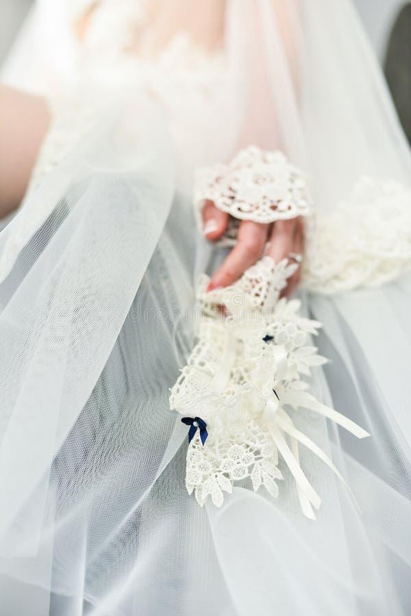 Kouseband op het been van een bruid, de ogenblikken van de Huwelijksdag royalty-vrije stock fotografie