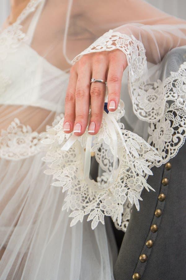 Kouseband op het been van een bruid, de ogenblikken van de Huwelijksdag stock fotografie