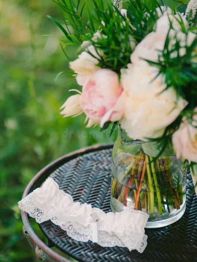 Kouseband van de bruid met kristallen Huwelijksdecoratie van br royalty-vrije stock fotografie