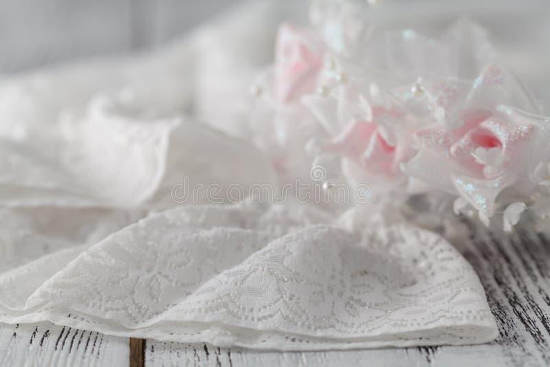 Kouseband van een stof die door een satijnzacht kant wordt geborduurd royalty-vrije stock afbeeldingen