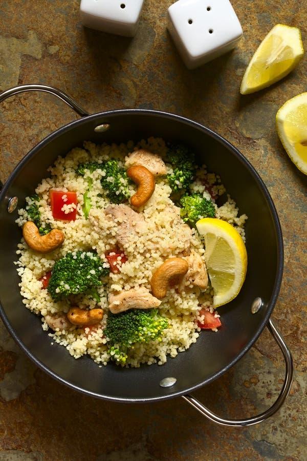Kouskous met Kip, Broccoli, Tomaat en Cachou stock foto's