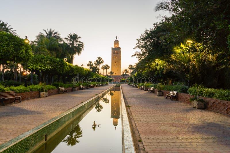 Koutoubia清真寺尖塔日出的在马拉喀什 免版税库存照片
