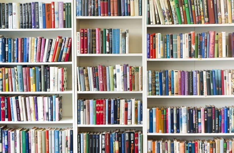 KOUVOLA, ФИНЛЯНДИЯ - 18-ОЕ СЕНТЯБРЯ 2018: Книжные полки в перекупном магазине стоковые фотографии rf
