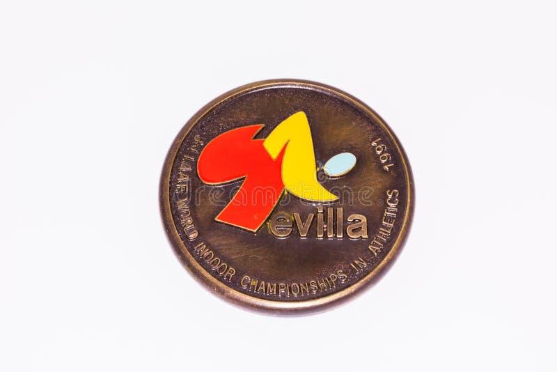 Kouvola Finland - 26 mars 2017: Sevilla 1991 Friidrottsmästerskap i världen Inomhusmästerskap Medal obverse arkivbild