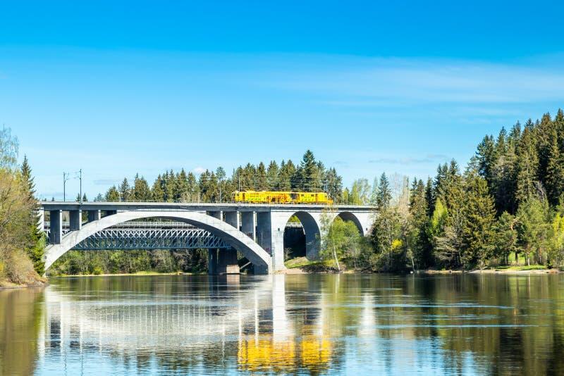 Kouvola, Finlandia - 16 de mayo de 2019: Paisaje de la primavera de las aguas del puente y de río de Kymijoki en Finlandia, Kymen fotos de archivo