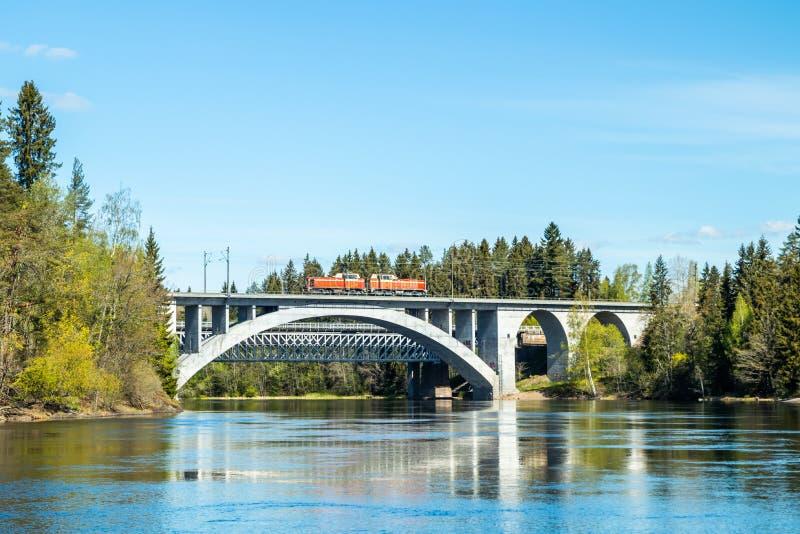 Kouvola, Finlandia - 16 de mayo de 2019: Paisaje de la primavera de las aguas del puente y de r?o de Kymijoki en Finlandia, Kymen imagen de archivo