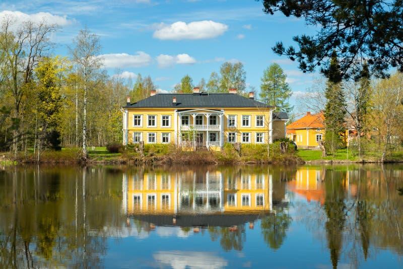 Kouvola, Finlandia - 16 de mayo de 2019: Se?or?o de madera hermoso de Rabbelugn - Takamaan Kartano La casa de la familia de Wrede imagen de archivo