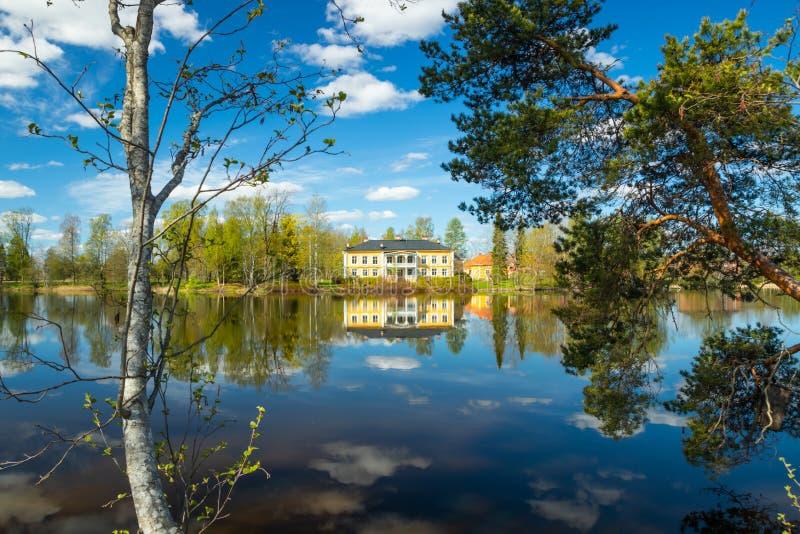 Kouvola, Finlandia - 16 de mayo de 2019: Se?or?o de madera hermoso de Rabbelugn - Takamaan Kartano La casa de la familia de Wrede fotos de archivo