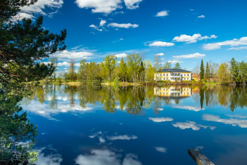 Kouvola, Finlandia - 16 de mayo de 2019: Se?or?o de madera hermoso de Rabbelugn - Takamaan Kartano La casa de la familia de Wrede fotos de archivo libres de regalías