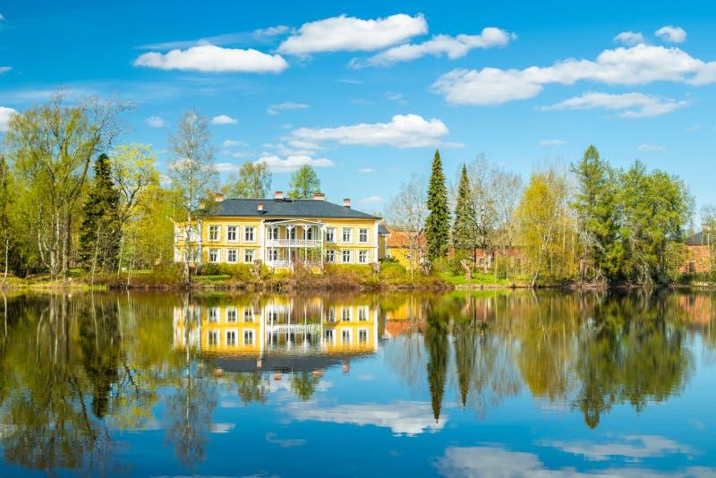 Kouvola, Finlandia - 16 de mayo de 2019: Se?or?o de madera hermoso de Rabbelugn - Takamaan Kartano La casa de la familia de Wrede foto de archivo libre de regalías