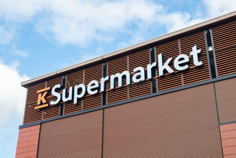 Kouvola, Finlandia - 22 de septiembre de 2019: Cierre del cartel del supermercado finlandés K-Supermarket grocery store fotos de archivo