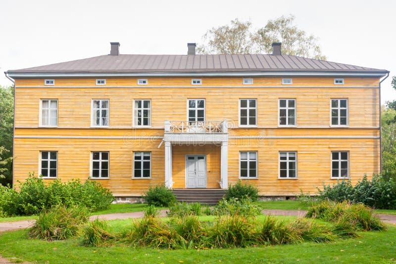 KOUVOLA FINLANDIA, WRZESIEŃ, - 20, 2018: Piękny żółty stary budynek zaniechana Anjala rezydencja ziemska Budynek budował przy zwr fotografia royalty free