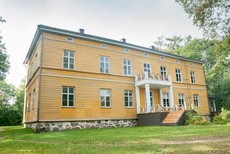 KOUVOLA FINLANDIA, WRZESIEŃ, - 20, 2018: Piękny żółty stary budynek zaniechana Anjala rezydencja ziemska Budynek budował przy zwr zdjęcia stock