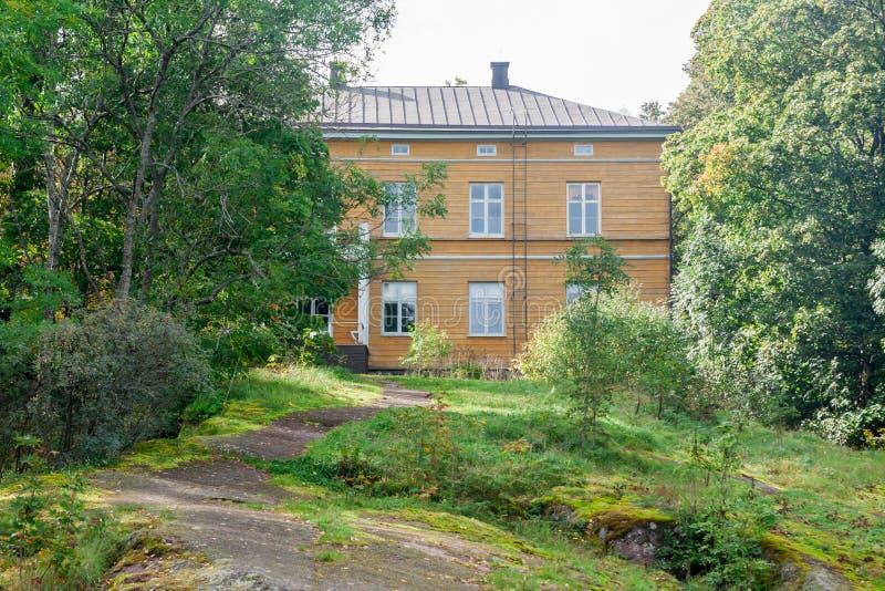KOUVOLA FINLANDIA, WRZESIEŃ, - 20, 2018: Piękny żółty stary budynek zaniechana Anjala rezydencja ziemska Budynek budował przy zwr obraz stock