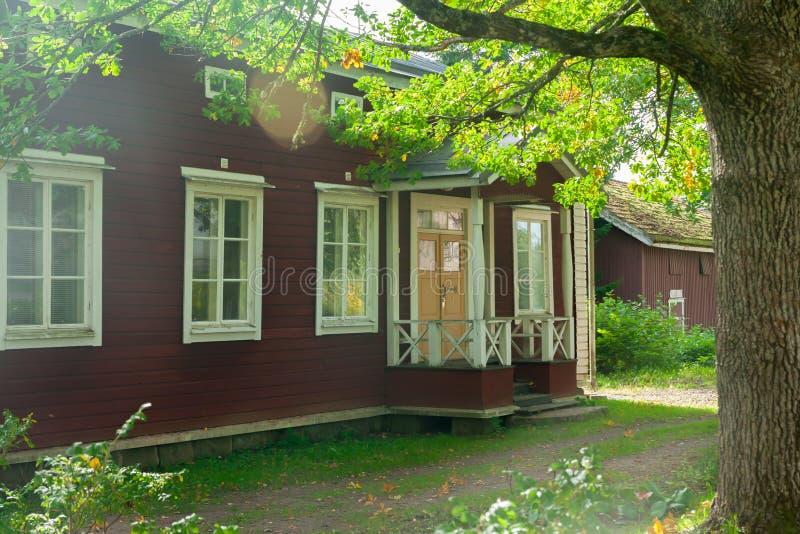 KOUVOLA FINLANDIA, WRZESIEŃ, - 20, 2018: Piękny czerwony stary drewniany dom na terytorium Anjala rezydencja ziemska fotografia royalty free