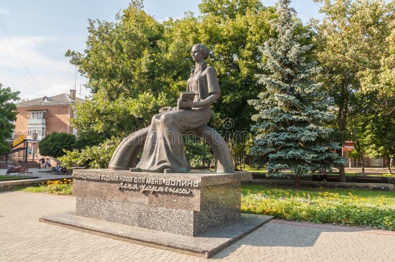 KOVEL, UCRANIA: Monumento a Lesya Ukrainka imagenes de archivo