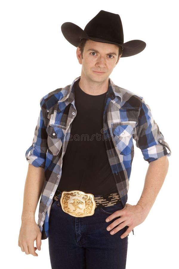 Kowboj z czarnego kapeluszu stojakiem z uśmiechem obraz stock