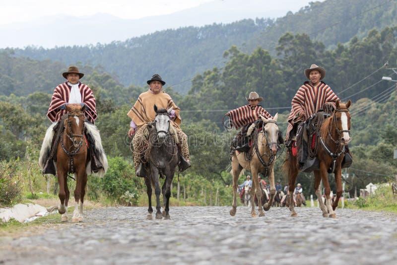 Kowboje w tradycyjnej odzieży jazdie na wiejskiej drodze zdjęcie royalty free