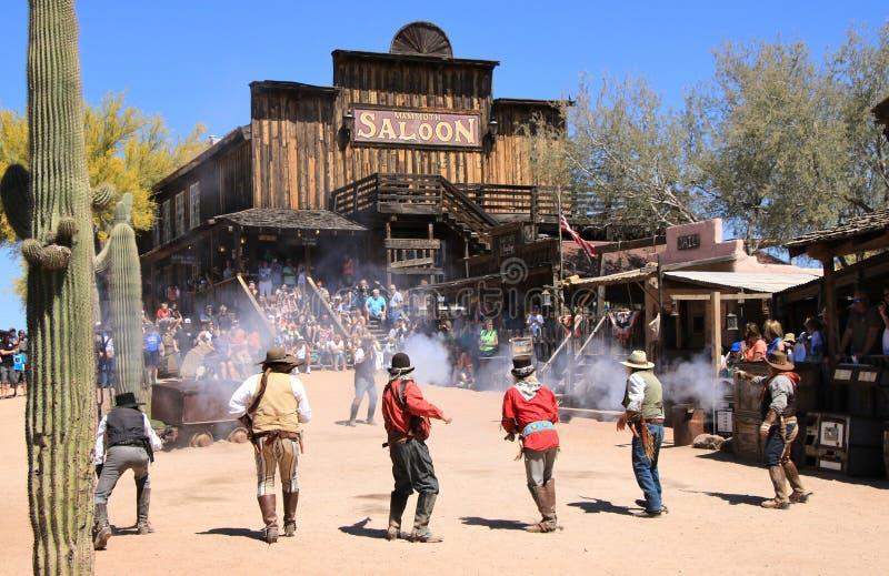 Kowbojscy Gunfighters przy Goldfield miasto widmo