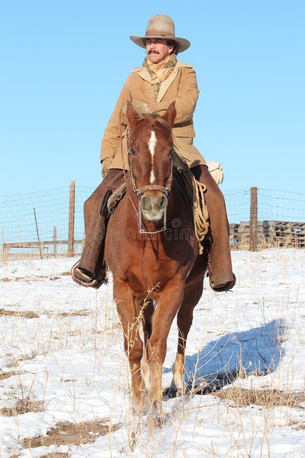 Kowbojska jazda Jego koń zdjęcia royalty free