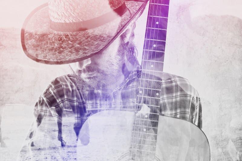 Kowbojski rolnik z gitarą i Słomianym kapeluszem na Końskim rancho obraz stock