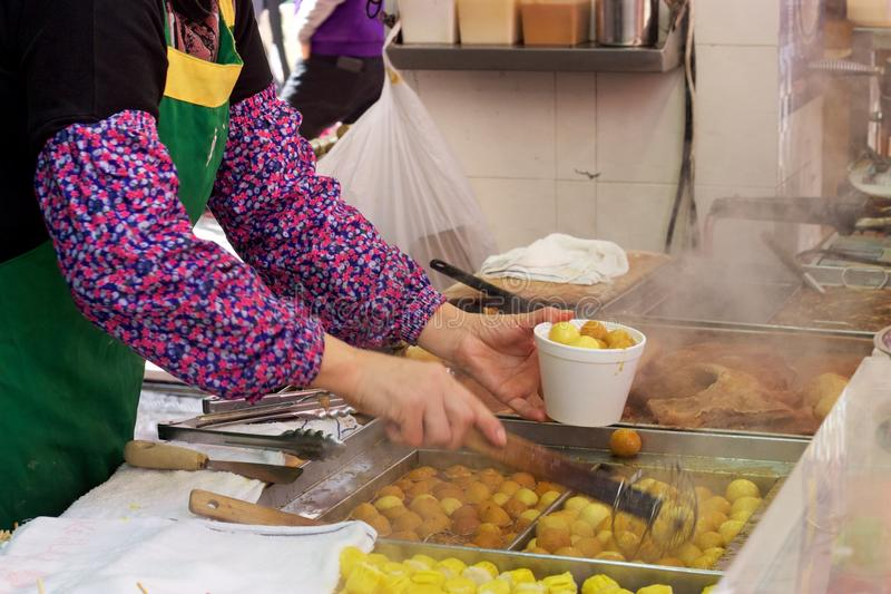 Kowloon, porción del vendedor de comida de la calle de Hong Kong frió las bolas de pescados imagen de archivo