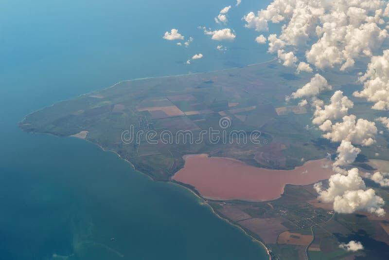 Koyashskoye een zout die meer op de kust van het Kerch-Schiereiland in de Krim, van de Zwarte Zee door een strook van land wordt  stock foto's