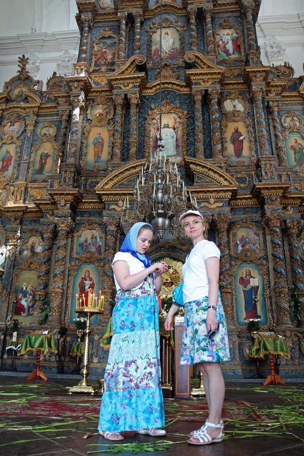 Kozelec Ukraina, 08 06 2014 församlingsboer är i den ortodoxa domkyrkan av Kristi födelsen av oskulden i Kozelec royaltyfria foton