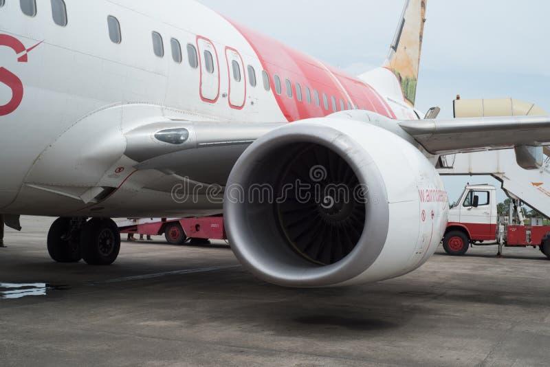 KOZHIKODE, INDIA 31 - Juli, 2015 Air India-Luchtbusvliegtuigen in Kozhikode-Luchthaven aangezien het zijn motoren voor vlucht aan stock fotografie