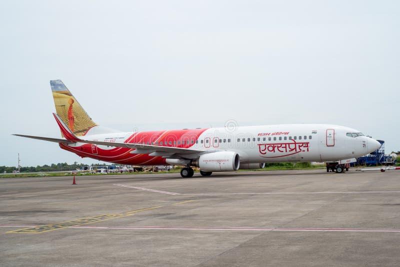 KOZHIKODE, la INDIA 31 - julio de 2015 Aviones de Air India Airbus en el aeropuerto de Kozhikode como está encendiendo sus motore fotos de archivo