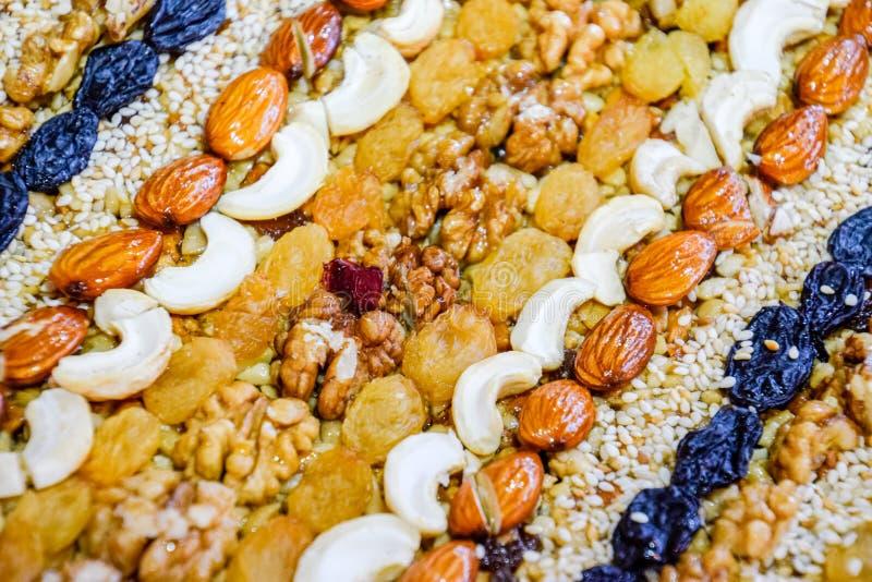 Kozinaki a couvert d'écrous et de graines Amandes, anarcadiers et raisins secs image libre de droits