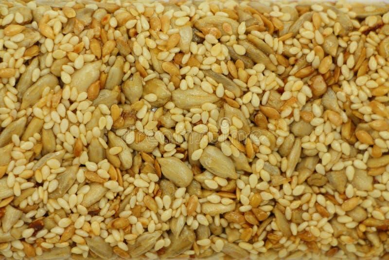 Kozinaki a fait à partir des graines de tournesol, des écrous, des graines de sésame dans un sirop de sucre comme fond de nourrit photographie stock