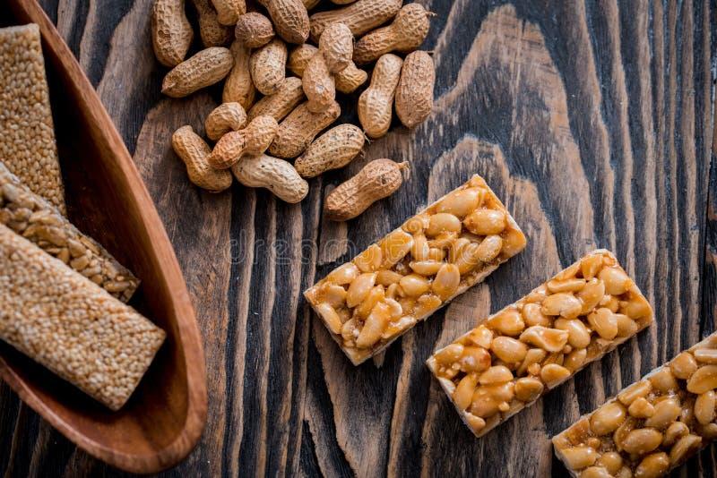 Kozinaki met zaden, noten, sesam en honing stock foto's