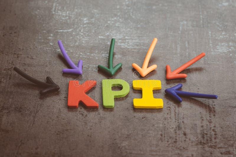 KPI, blanco del negocio del indicador de rendimiento clave y concepto de la gestión de la meta por la flecha múltiple que señala  fotos de archivo