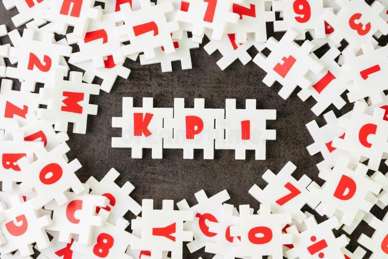 KPI, conceito do indicador de ponto-chave, palavra branca KPI da liga do alfabeto da serra de vaivém do enigma no centro no asso fotos de stock